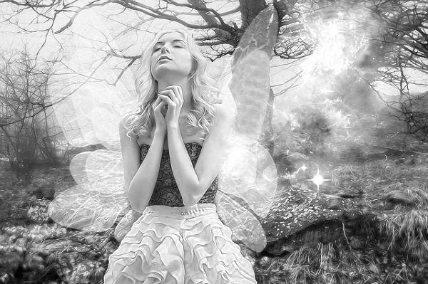 祈る女性 天使 瞑想 感謝 神秘 精神統一