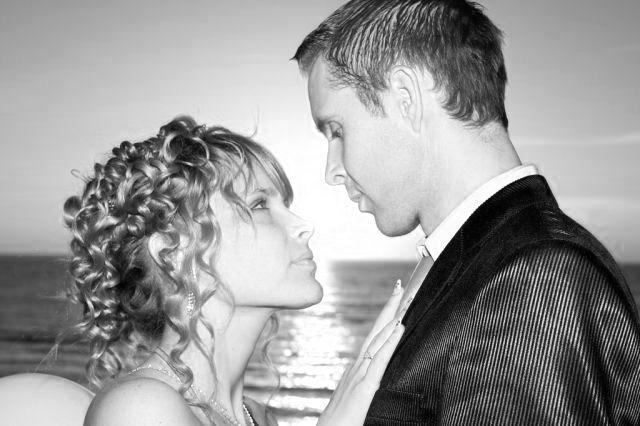 見つめ合うカップル 夕日 結婚式