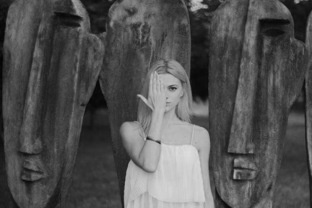 顔を手で隠す女性 像 神秘