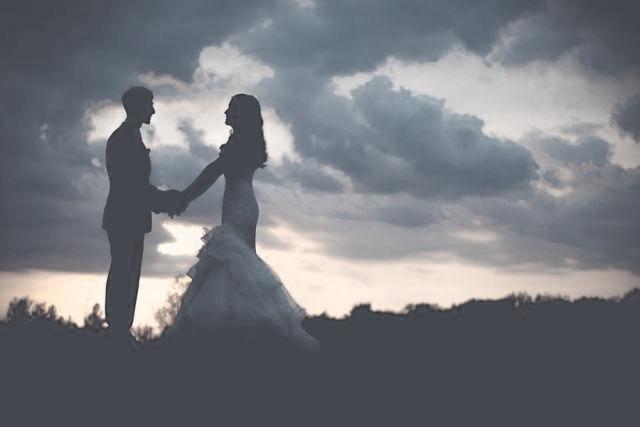 結婚式 夫婦 夕日 手をつなぐ