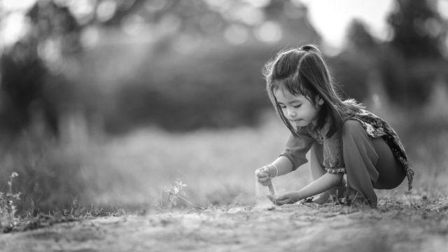 砂遊びをする子供 女の子 自然