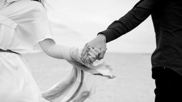 手をつなぐカップル 元気 健康 希望