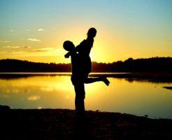抱き合うカップル 夕日 湖 幸せ