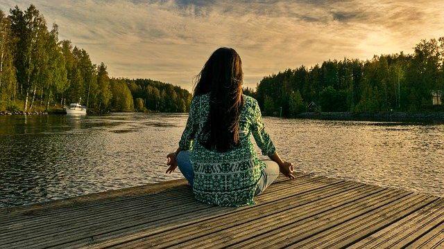 ヨガ 瞑想 精神統一 自然 湖
