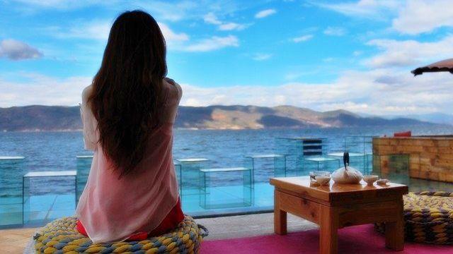 景色を眺める女性 ビーチ 自然 ヨガ 瞑想