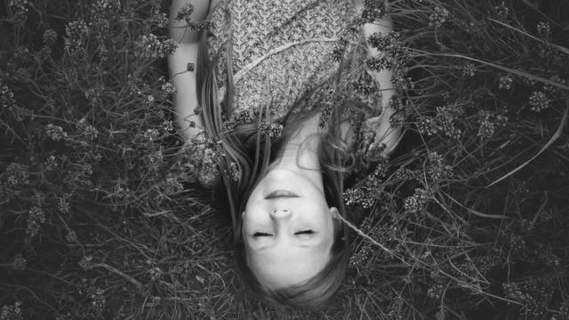 ラベンダー畑で寝転ぶ女性 寝る 睡眠 眠い
