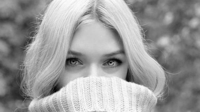 口を隠した女性 視線が合う 見つめる