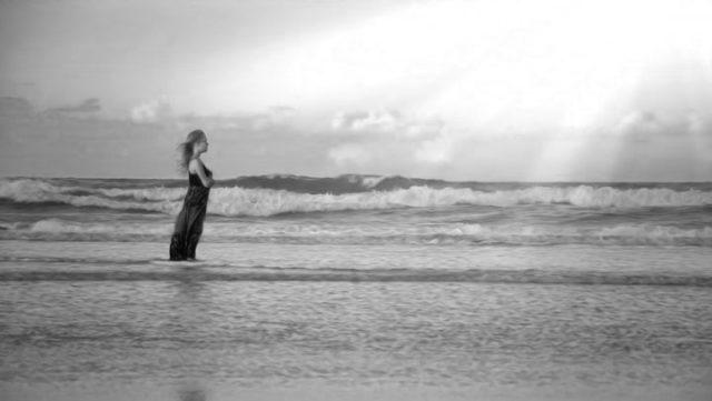 海の中で佇む女性 太陽 光