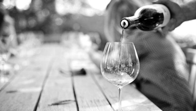 ワインを注ぐ