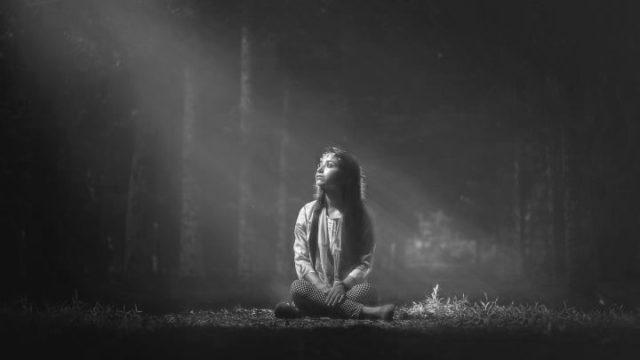 女の子 ライトワーカー 光 木漏れ日 森林