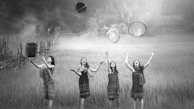 ワクワク 女性 仲間 幸せ 元気 草原