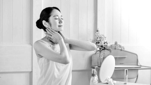 首を触る女性 デコルテ リンパ 爽快 健康