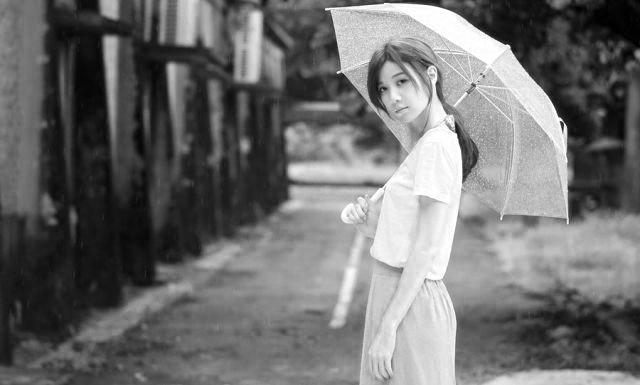 傘をさす女性 雨 天気