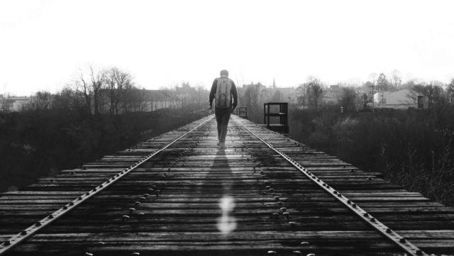 歩く男性 旅路 人生 旅行 道