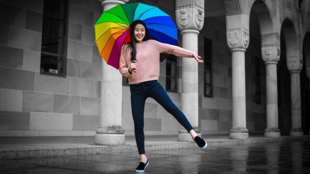 元気な女性 笑顔 健康 雨 傘