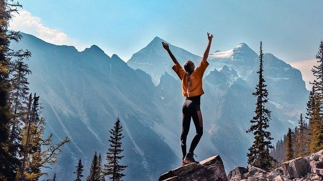 景色 女性 希望 健康 山 登山 自然