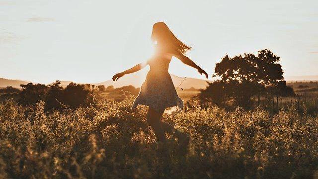 自然 健康 夕日 女性 希望 光 エネルギー 浄化