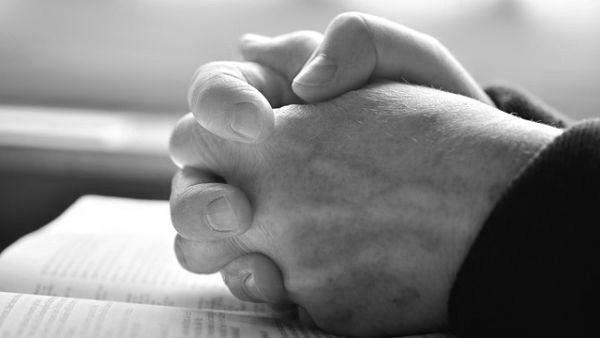 徳を積む 祈る 手を組む