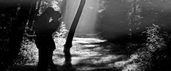 森で抱き合うカップル 夫婦  山の中