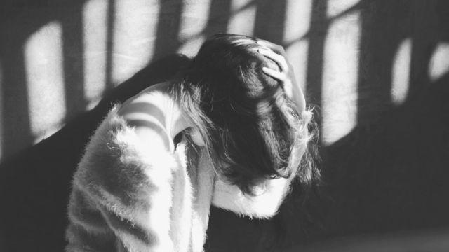 頭を抱える女性 髪の毛 悩み 不安 執着