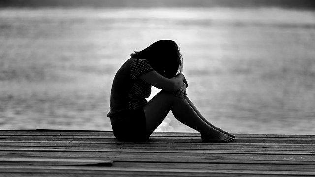 女の子 座っている 桟橋 女性 悲しい 孤独 不安 湖 プレッシャー ストレス 不幸