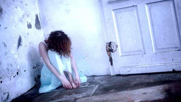 うなだれる女性 落ち込む女性 失恋 悲しい 不幸