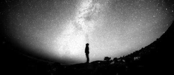 星空を眺める男性 神秘 宇宙