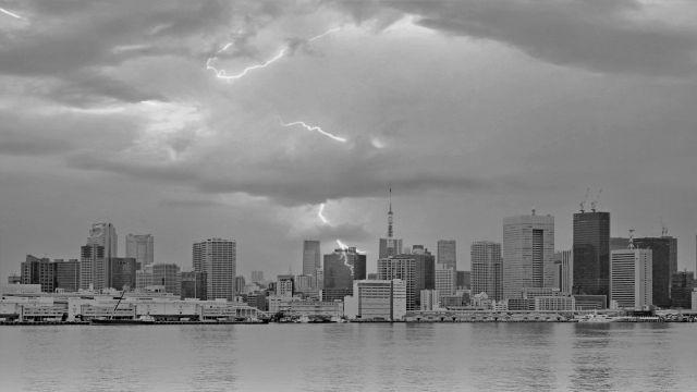 東京湾 高層ビル 嵐 雷 台風 雨 風 都会