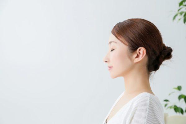 目をつぶる女性 瞑想