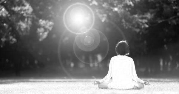 女性 瞑想 座禅 ヨガ 光 自然