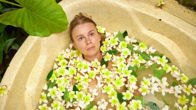 お風呂に入る女性 入浴 浄化 アロマ 花びら