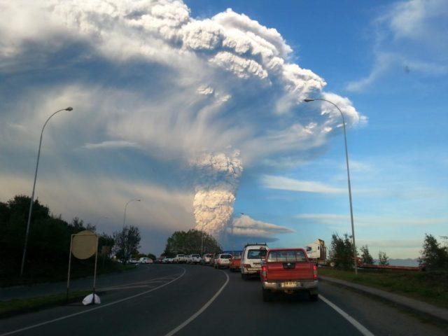 大量の火山灰を噴き上げるカルブコ山