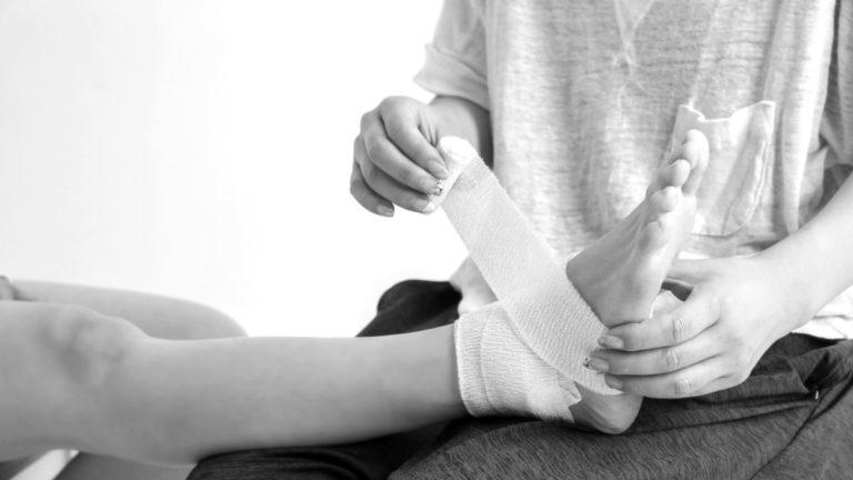 足を包帯で巻く 骨折