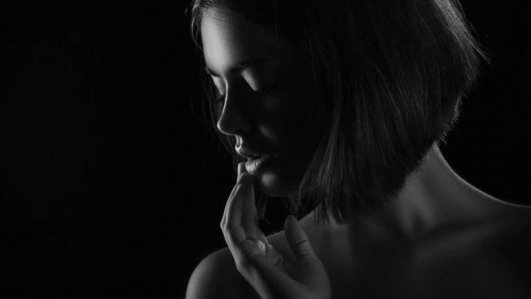 唇を触る女性 不安