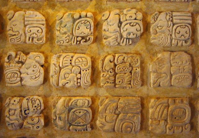 漆喰に刻まれたマヤ文字(パレンケ博物館蔵)